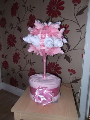 topiarios de calcetines como regalo y centros de mesa para baby shower