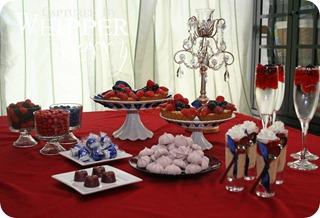Mesa de postres con fresas