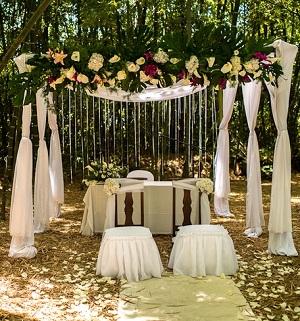 Decora el altar de tu boda al aire libre directorio de bodas Ideas para decorar un arco de boda