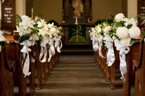 Tips para decorar pasillos de ceremonias con flores for Sillas para novios en la iglesia