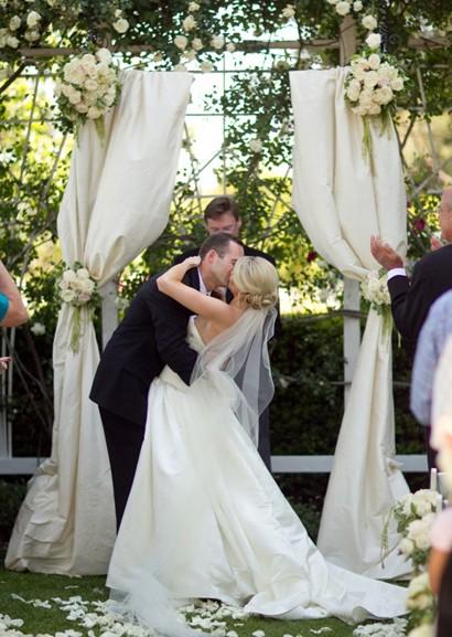 ya sea la celebracin de una boda elegante rstica al aire libre o como tiendas de campaa el adornar con cortinas o colgaduras es un elemento decorativo