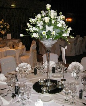 centro de mesa de copa de martini gigante con base de espejo.