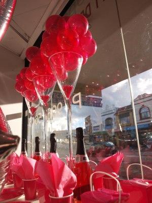 centro de mesa de copas de martini gigantes con globos