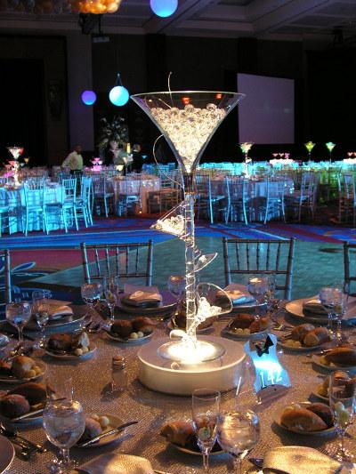 centros de mesa de copas gigantes de martini con cuentas y luces
