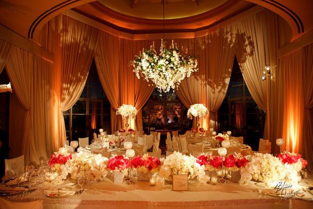 Centros de mesa suspendidos Son perfectos para tener un estilo multidimensional a la decoración de tu recepción sin perturbar la conversación en cada mesa.