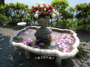 decoraciones de arreglos florales de bodas en fuentes de agua