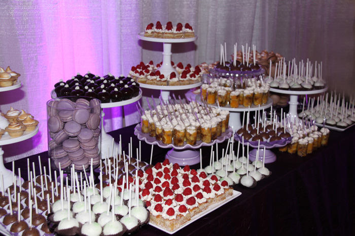 Pin decora tu mesa de postres o dulce con mini tortas for Mesa de postres para boda