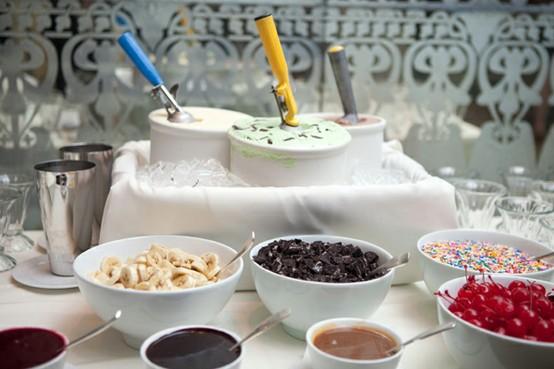 Mesa de postres con helados
