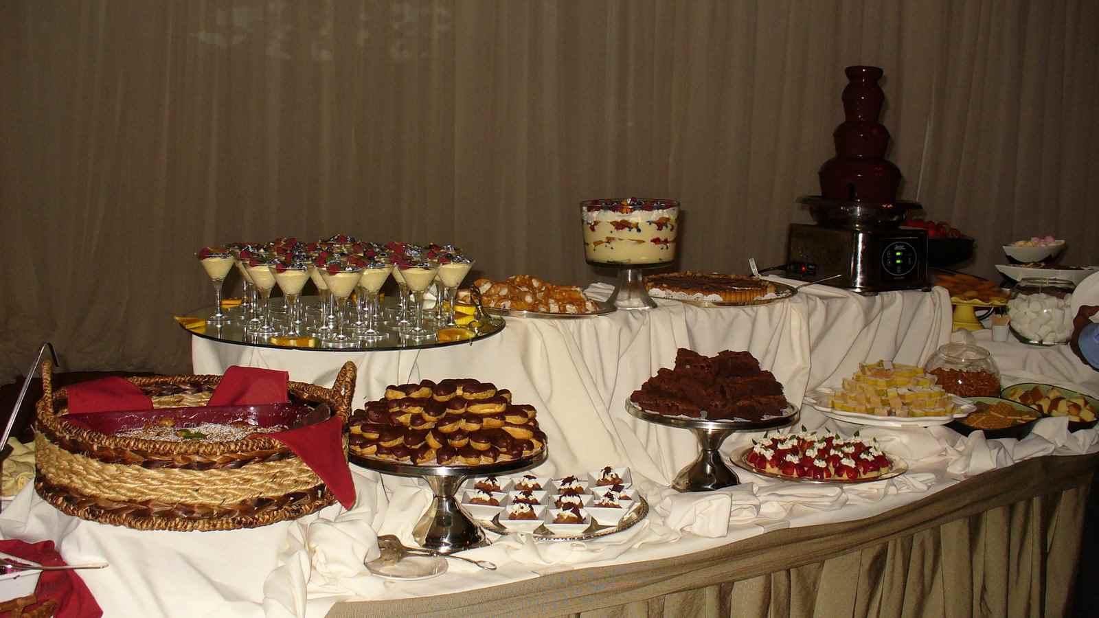 mesa de postres con fuente de chocolate