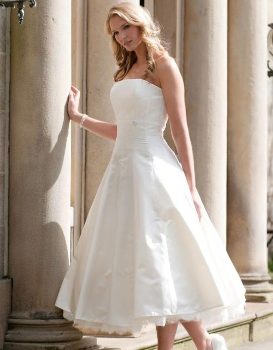 9abcffe626 El vestido de novia corto es perfecto para casarse en una oficina de  registro o en zonas exteriores