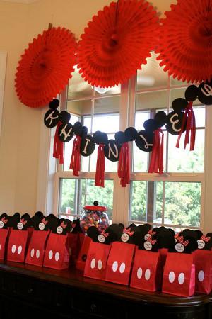 decoracion fiesta mickey con botones del pantalon de mickey