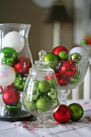Adornos de navidad en recipientes de vidrio transparente for Decoracion con esferas de navidad