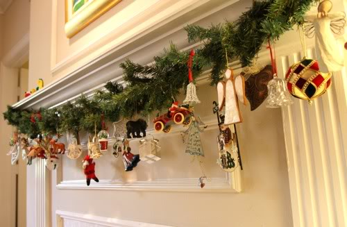 Decora con bolas de navidad colgadas for Decoraciones navidenas de puertas y ventanas