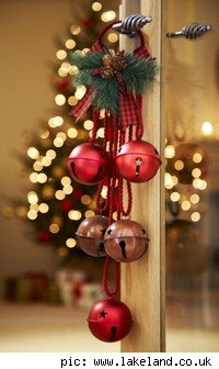 Decora con bolas de navidad colgadas for Colgantes para arbol de navidad