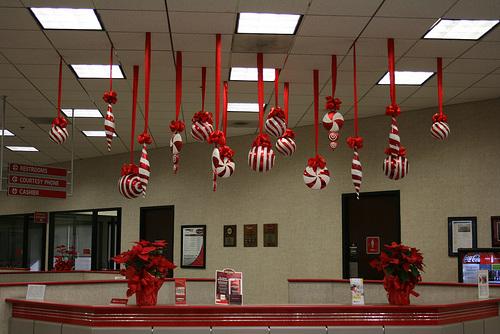 Decora con bolas de navidad colgadas - Decorar bolas de navidad ...