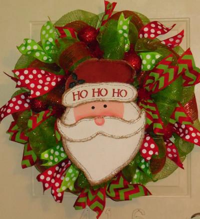 El uso de diferentes gamas de decoraciones, cintas y follaje nos muestran cómo crear increíbles decoraciones navideñas, árboles de navidad y centros de mesa
