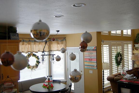 Cuelga las esferas de navidad del techo - Decorar bolas de navidad ...