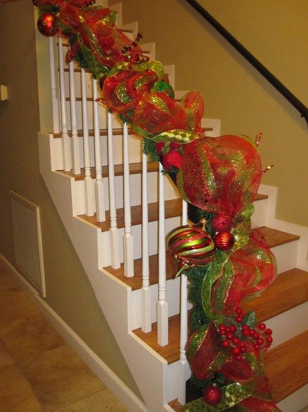 Decora con guirnaldas de cintas for Adornos navidenos para balcones