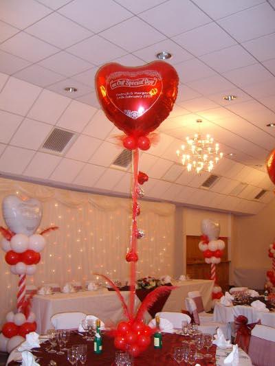 centro de mesa de amor y amistad rojo y blanco