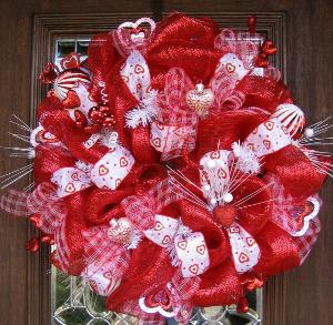 Coronas de amor y amistad con malla deco - Como hacer adornos de san valentin ...
