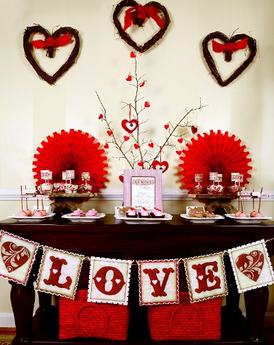 Tips para decorar una fiesta de amor y amistad for Decoracion para pared san valentin