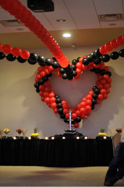Tips para decorar una fiesta de amor y amistad for Decoracion blanco negro rojo