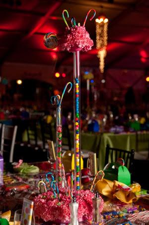 centros de mesa de jarrones con chicles de mesas dulces la caleñita