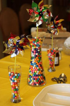 Centros de mesa de jarrones con chicles - Como hacer centros de mesa con dulces para bautizo ...