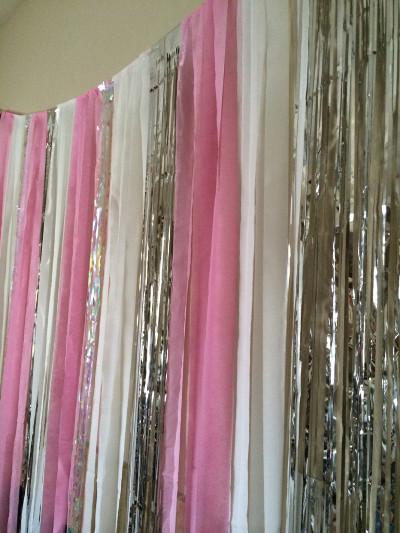 Adorna con cortinas de papel metalizado for Ideas para cortinas infantiles