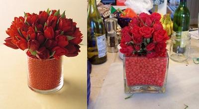 floreros de vidrio transparente rellenos decorados con dulces y flores