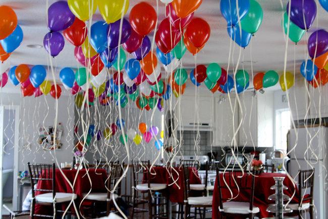 Decora pegando los globos en el techo - Decorar el techo ...