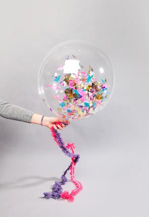 Decora tu fiesta con globos transparentes rellenos de - Llenar globos con helio ...