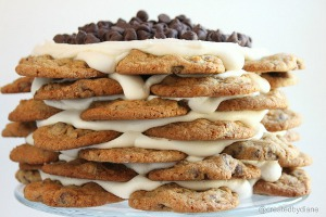tortas apiladas de galletas con chips de chocolate y crema