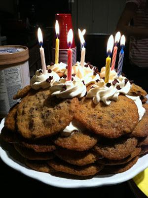 torta apilada de galletas para cumpleaños